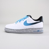 The legend lives on in the Nike Air Force 1 Men's Shoe, a low-cut take on the iconic AF-1 blending classic court style and striking color contrast. Imported.